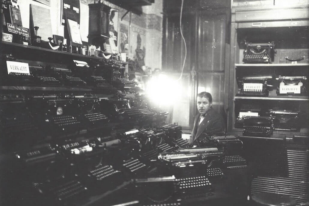 Egon Ivellio-Vellin mit Schreibmaschinen